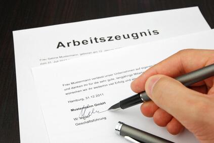 Wer leistet die Arbeitszeugnis Unterschrift ?